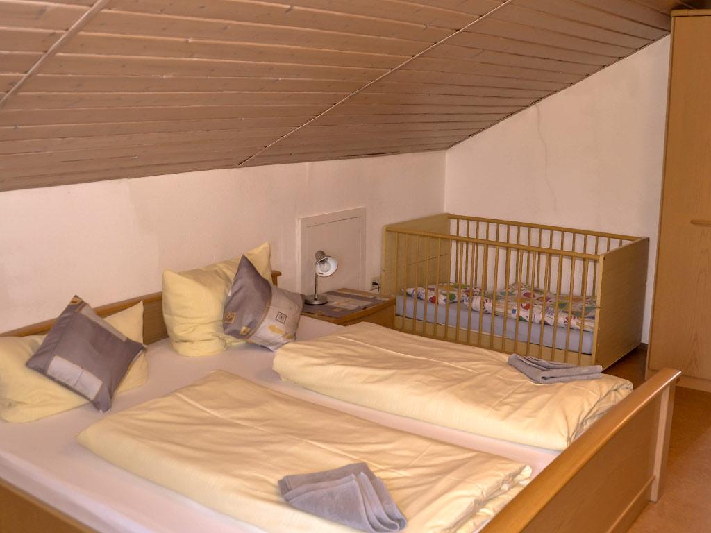 Ferienwohnung Storchennest, Ferienhof Joas in Gerolfingen, Kinderzimmer mit Kinderbett