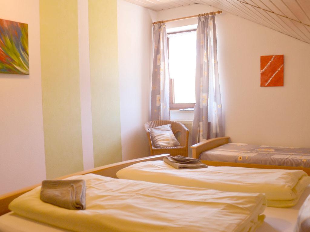 Ferienwohnung Storchennest, Ferienhof Joas in Gerolfingen, Kinderzimmer mit Einzelbetten