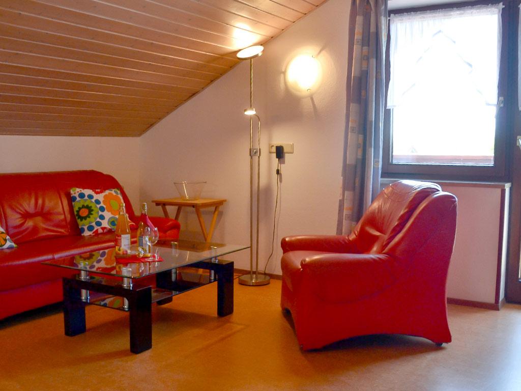 Ferienwohnung Storchennest, Ferienhof Joas in Gerolfingen, Wohnbereich mit Sofa
