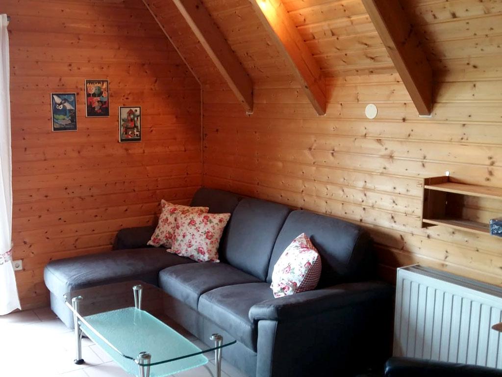 Ferienhaus Drossel, Ferienhof Joas in Gerolfingen, Wohnbereich mit Sofa