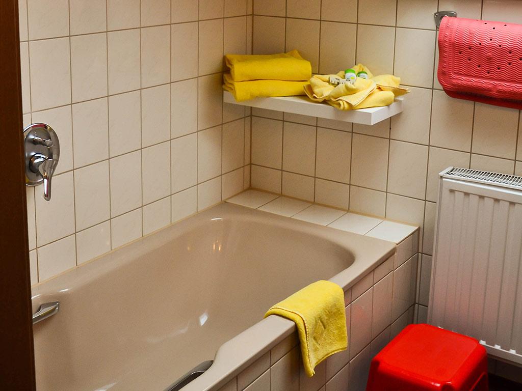 Ferienwohnung Schwalbennest , Ferienhof Joas in Gerolfingen, Badewanne