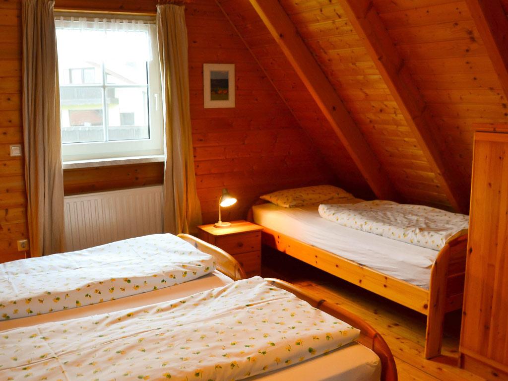 Ferienhaus Drossel, Ferienhof Joas in Gerolfingen, Schlafzimmer mit Einzelbetten