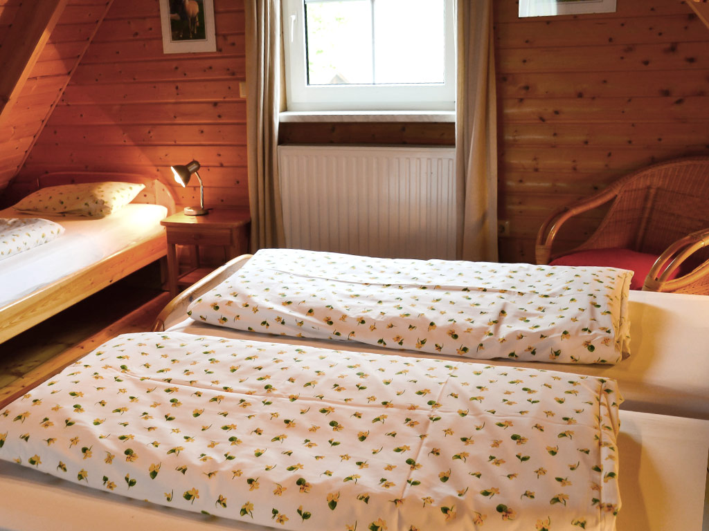 Ferienhaus Fink, Ferienhof Joas in Gerolfingen, Schlafzimmer mit Einzelbetten