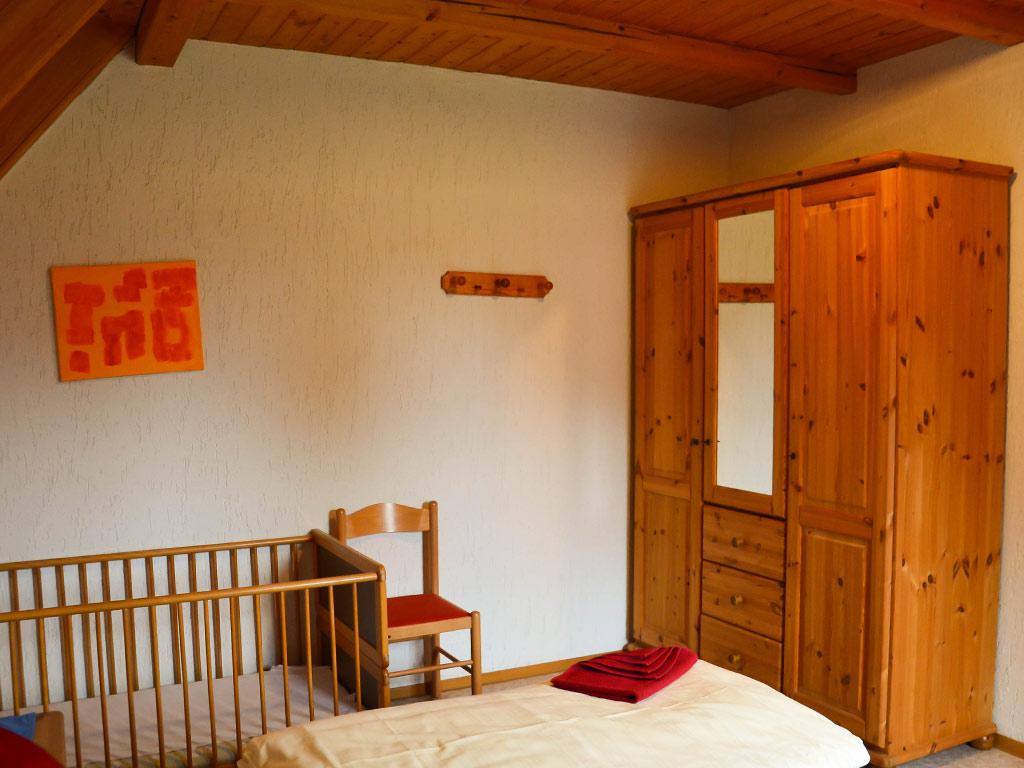 Ferienhaus Drossel, Ferienhof Joas in Gerolfingen, Schlafzimmer mit Kinderbett