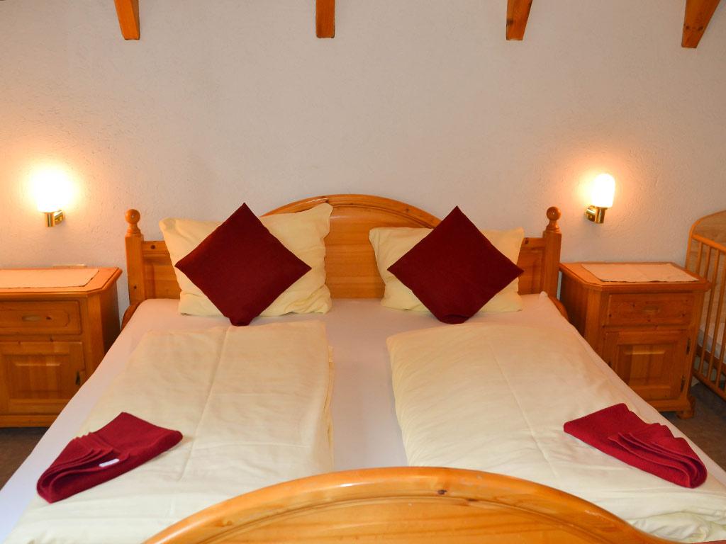 Ferienhaus Fink, Ferienhof Joas in Gerolfingen, Schlafzimmer mit Doppelbett