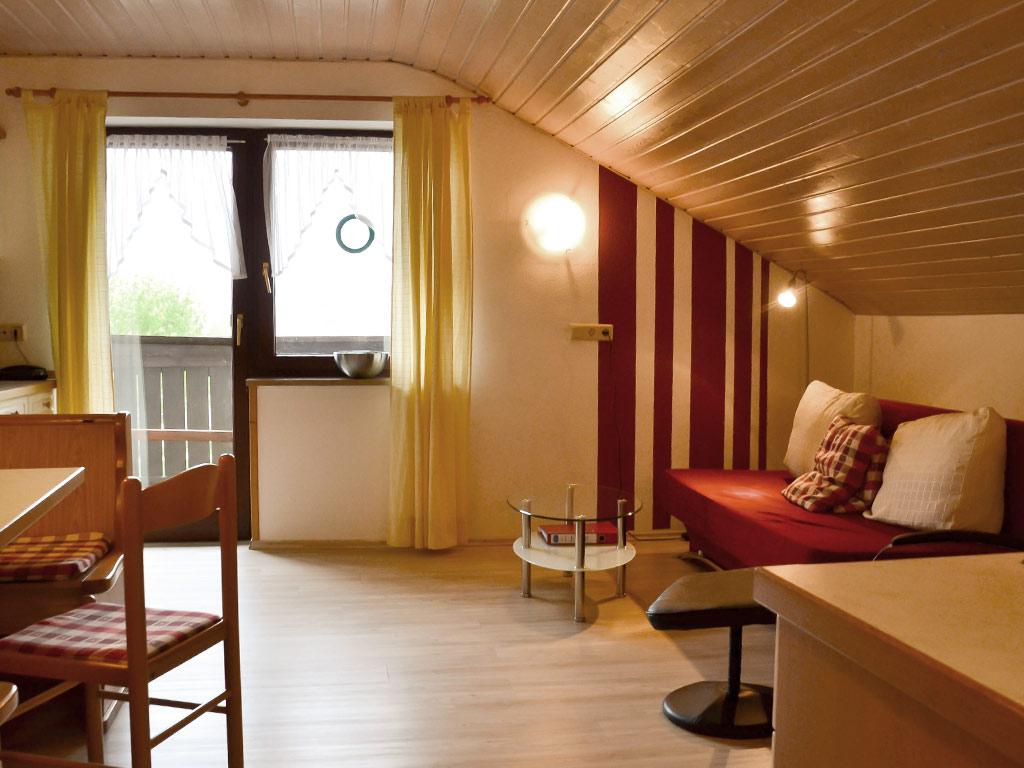 Ferienwohnung Schwalbennest , Ferienhof Joas in Gerolfingen, Wohnbereich mit Sofa