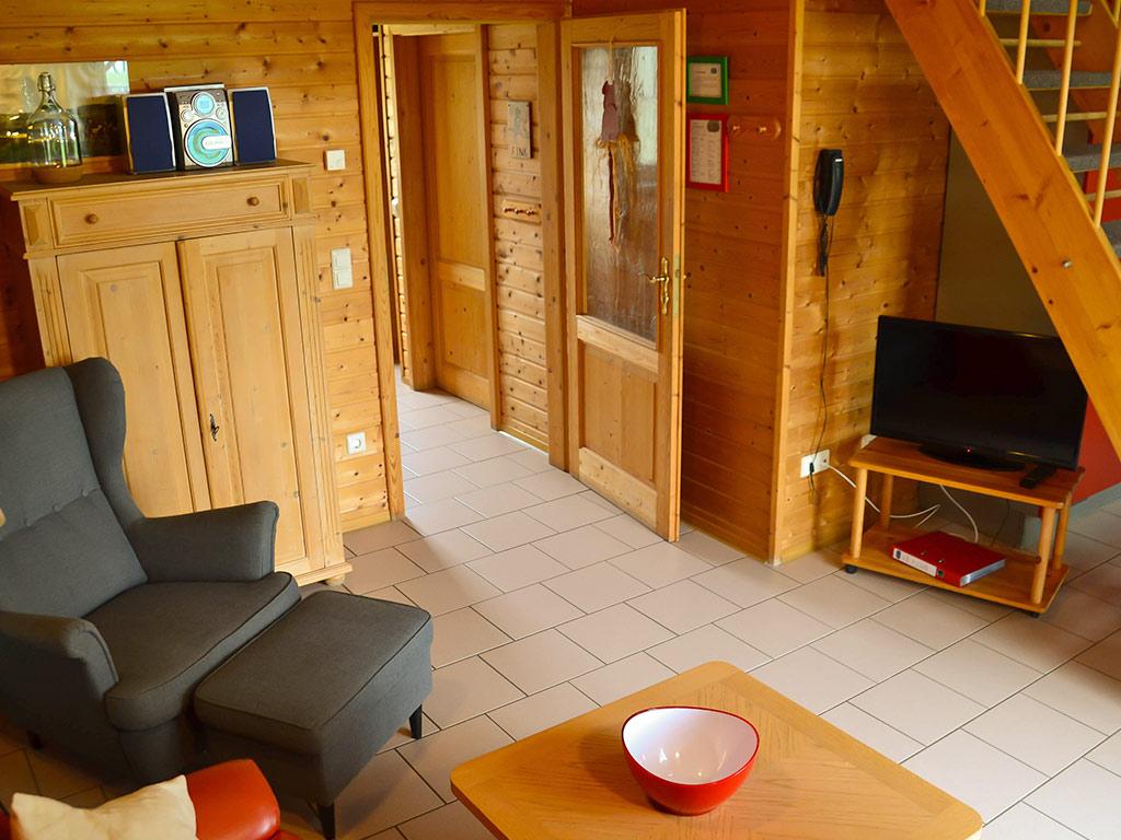Ferienhaus Fink, Ferienhof Joas in Gerolfingen, Wohnbereich mit Fernseher